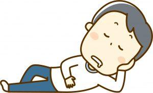 悪い姿勢で寝そべる30代男性