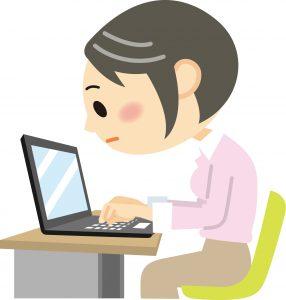 PCに向って作業をする女性