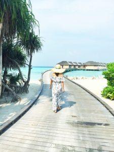 海沿いを歩く若い女性