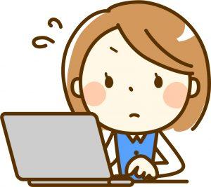 PC作業をする若い女性