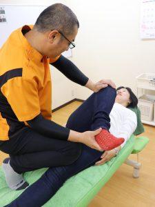 はるかぜ整体院施術写真(股関節、膝)