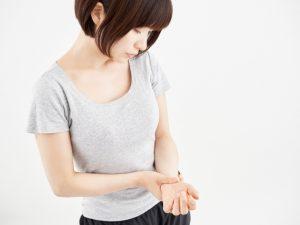手首の痛い女性