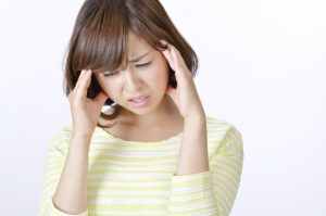 頭痛で悩む20代女性