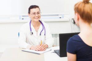 女性医師と患者の写真