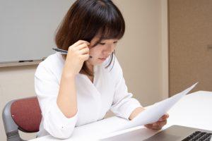 書類を読む若い女性