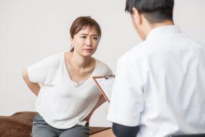 腰の痛い女性と術者