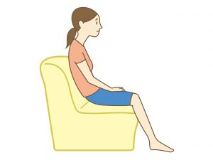 ソファーに座る30代女性