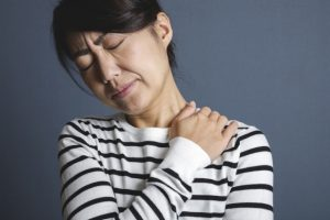 首の痛い30代女性